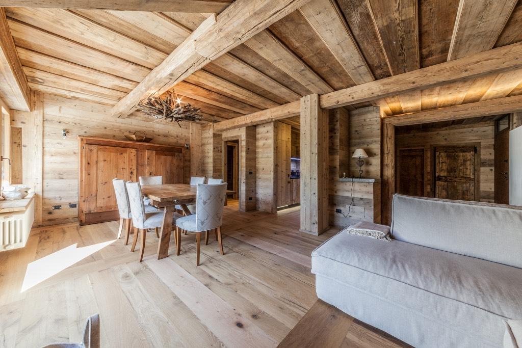 Rivestimenti soffitti in legno idee creative di interni for Rivestimenti in legno verticali